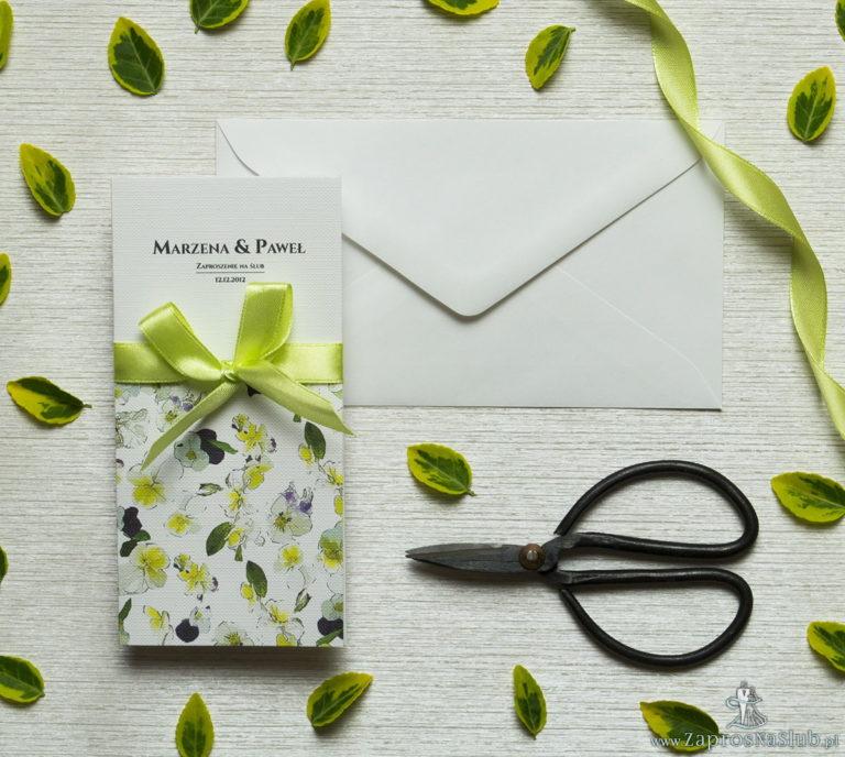 ZaprosNaSlub - Zaproszenia ślubne, personalizowane, boho, rustykalne, kwiatowe księga gości, zawieszki na alkohol, winietki, koperty, plany stołów - Zjawiskowe zaproszenia ślubne z bratkami, przewiązane wstążką satynowaną w kolorze zielonym. ZAP-92-20