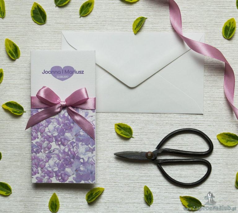 Zjawiskowe zaproszenia ślubne z kwiatami bzu, przewiązane wstążką satynowaną w różowym kolorze. ZAP-92-21 - ZaprosNaSlub