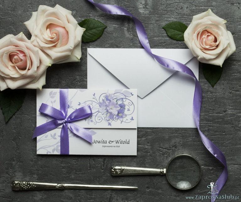 Unikatowe zaproszenia ślubne z kwiatami. Fioletowe kwiaty dzwonków i wstążka w jasnofioletowym kolorze. ZAP-93-02 - ZaprosNaSlub