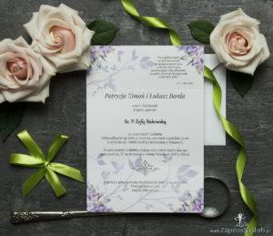 Unikatowe zaproszenia ślubne z kwiatami. Fioletowo-zielone kwiaty i wstążka w pistacjowym kolorze. ZAP-93-04