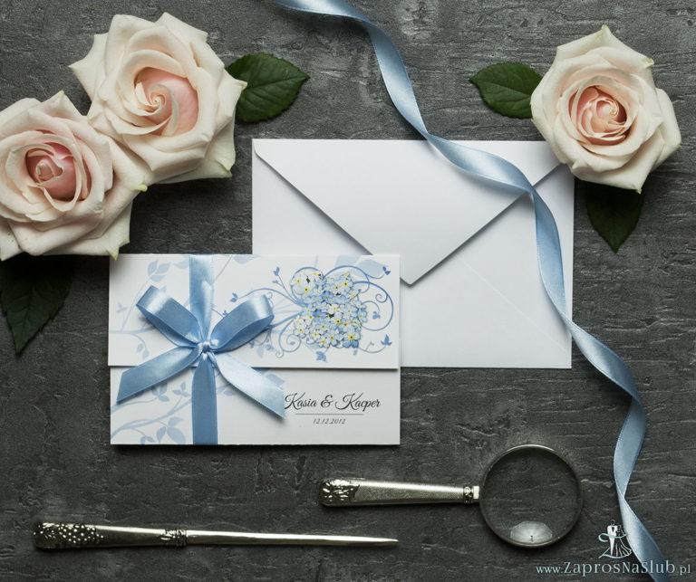 ZaprosNaSlub - Zaproszenia ślubne, personalizowane, boho, rustykalne, kwiatowe księga gości, zawieszki na alkohol, winietki, koperty, plany stołów - Unikatowe zaproszenia ślubne z kwiatami. Niezapominajki i wstążka w błękitnym kolorze. ZAP-93-05