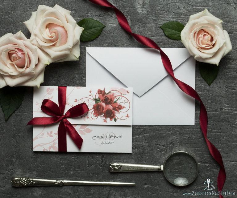 Unikatowe zaproszenia ślubne z kwiatami. Czerwone róże i wstążka w bordowym kolorze. ZAP-93-06 - ZaprosNaSlub