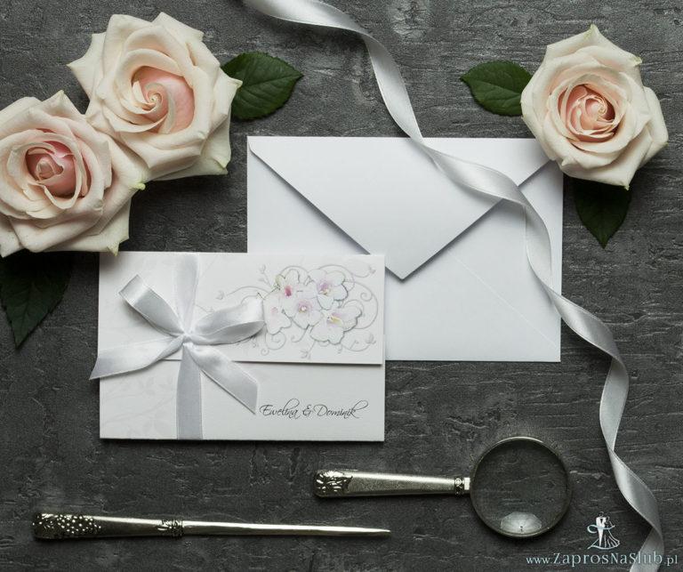 Unikatowe zaproszenia ślubne z kwiatami. Różowo-białe kwiaty i wstążka w białym kolorze. ZAP-93-07 - ZaprosNaSlub