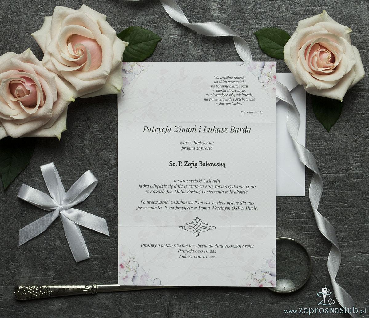 Unikatowe zaproszenia ślubne z kwiatami. Różowo-białe kwiaty i wstążka w białym kolorze. ZAP-93-07