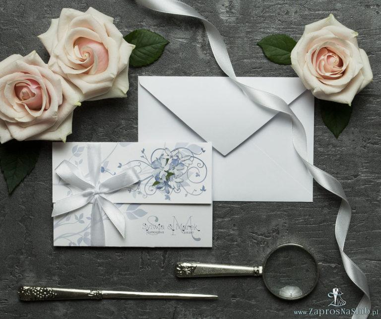 Unikatowe zaproszenia ślubne z kwiatami. Niebiesko-białe kwiaty i wstążka w białym kolorze. ZAP-93-10 - ZaprosNaSlub