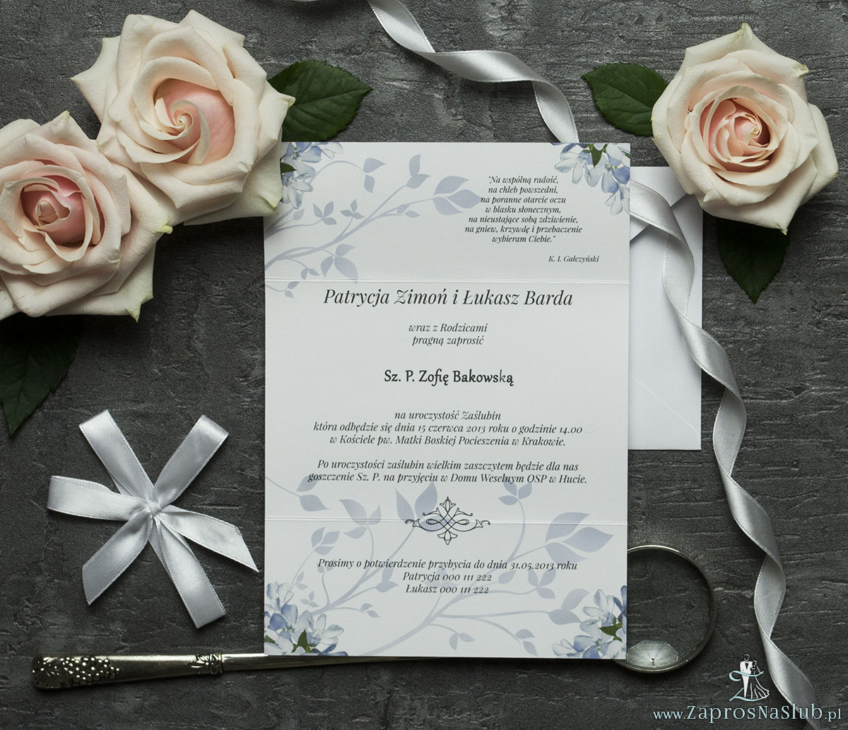 Unikatowe zaproszenia ślubne z kwiatami. Niebiesko-białe kwiaty i wstążka w białym kolorze. ZAP-93-10