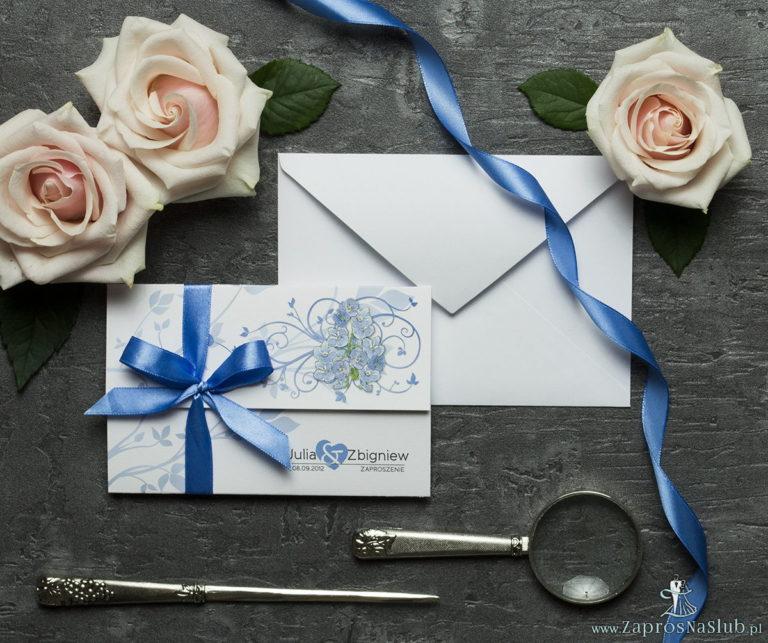 ZaprosNaSlub - Zaproszenia ślubne, personalizowane, boho, rustykalne, kwiatowe księga gości, zawieszki na alkohol, winietki, koperty, plany stołów - Unikatowe zaproszenia ślubne z kwiatami. Niebiesko-zielony motyw kwiatowy i wstążka w niebieskim kolorze. ZAP-93-11