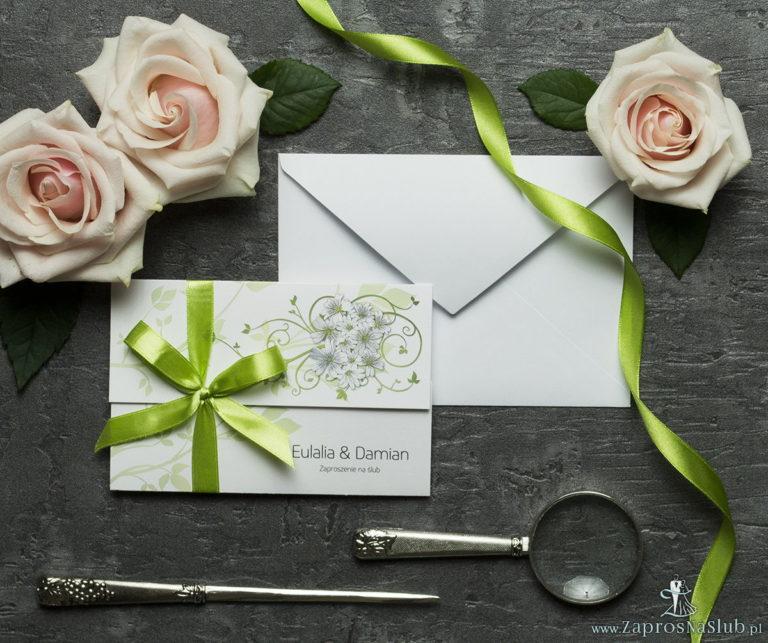 Unikatowe zaproszenia ślubne z kwiatami. Piękne, drobne, jasne kwiaty i wstążka w pistacjowym kolorze. ZAP-93-12 - ZaprosNaSlub