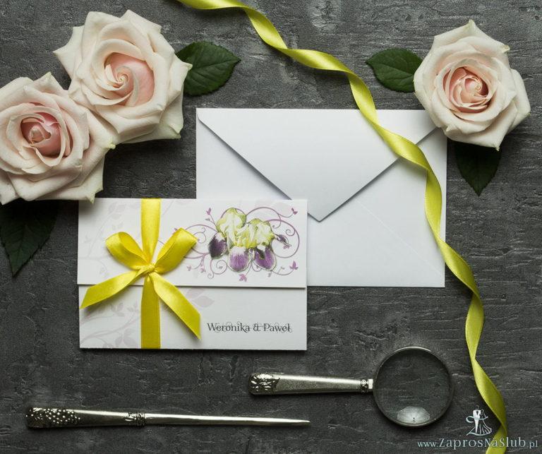 Unikatowe zaproszenia ślubne z kwiatami. Kwiaty – żółto-fioletowe irysy i wstążka w żółtym kolorze. ZAP-93-15 - ZaprosNaSlub