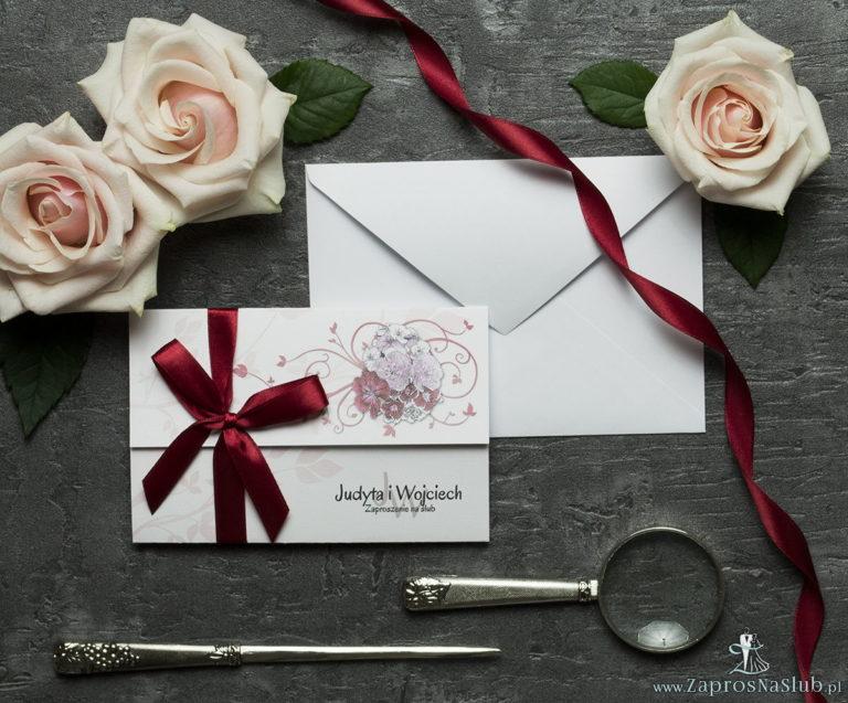 Unikatowe zaproszenia ślubne z kwiatami. Kwiaty – goździki w odcieniach różu, czerwieni i bieli i wstążka w ciemnoczerwonym kolorze. ZAP-93-16 - ZaprosNaSlub