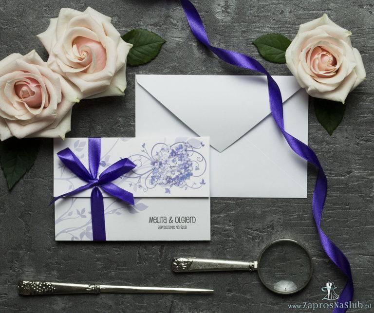 Unikatowe zaproszenia ślubne z kwiatami. Fioletowe kwiaty polne i wstążka w ciemnofioletowym kolorze. ZAP-93-17 - ZaprosNaSlub