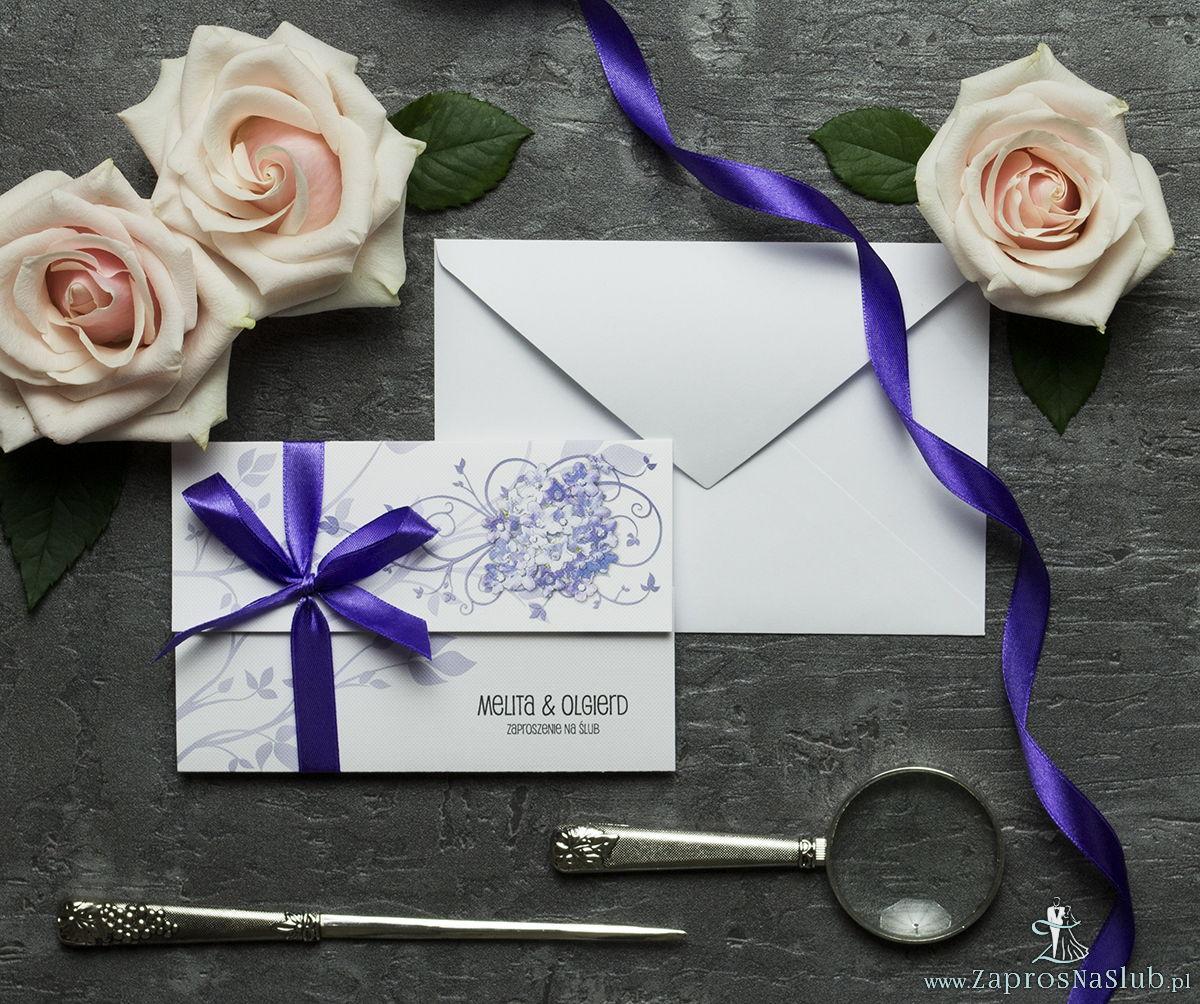 Unikatowe zaproszenia ślubne z kwiatami. Fioletowe kwiaty polne i wstążka w ciemnofioletowym kolorze. ZAP-93-17
