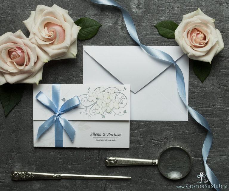 Unikatowe zaproszenia ślubne z kwiatami. Białe kwiaty kaliny i wstążka w błękitnym kolorze. ZAP-93-18 - ZaprosNaSlub