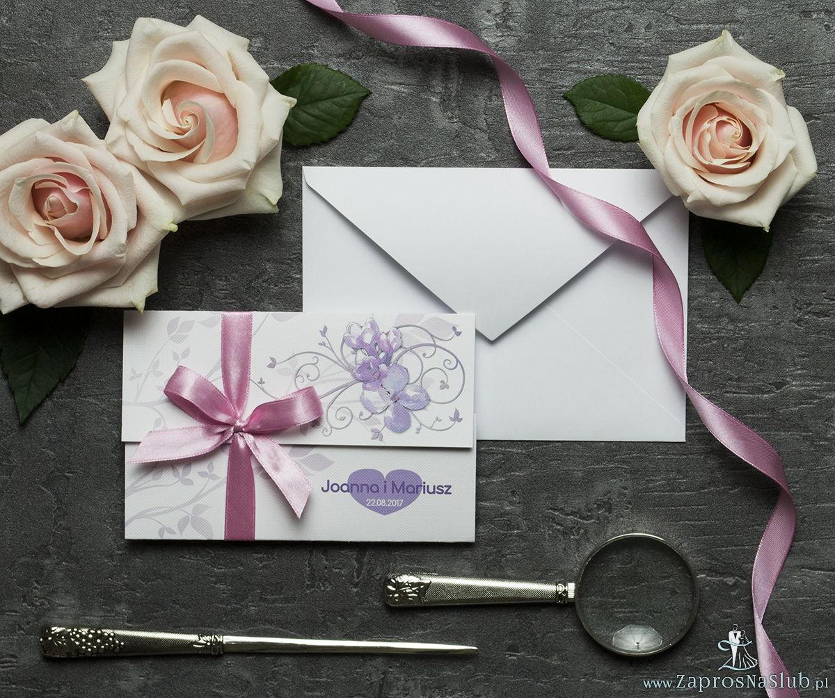 Unikatowe zaproszenia ślubne z kwiatami. Kwiaty bzu i wstążka w różowym kolorze. ZAP-93-21