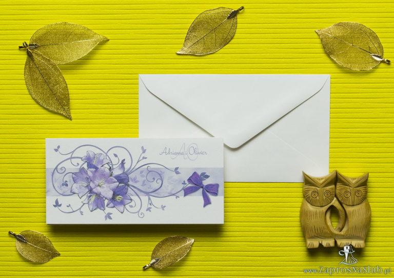 Nietuzinkowe kwiatowe zaproszenia ślubne z fioletowymi kwiatami dzwonków i motywem ozdobnym. ZAP-94-02 - ZaprosNaSlub