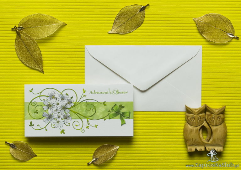 Nietuzinkowe kwiatowe zaproszenia ślubne z pięknymi, drobnymi, jasnymi kwiatami i motywem ozdobnym. ZAP-94-12 - ZaprosNaSlub