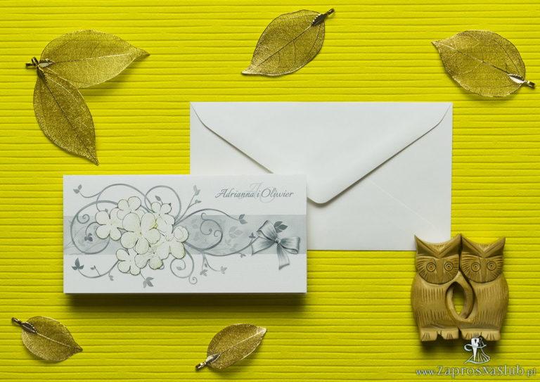Nietuzinkowe kwiatowe zaproszenia ślubne z białymi kwiatami kaliny i motywem ozdobnym. ZAP-94-18 - ZaprosNaSlub