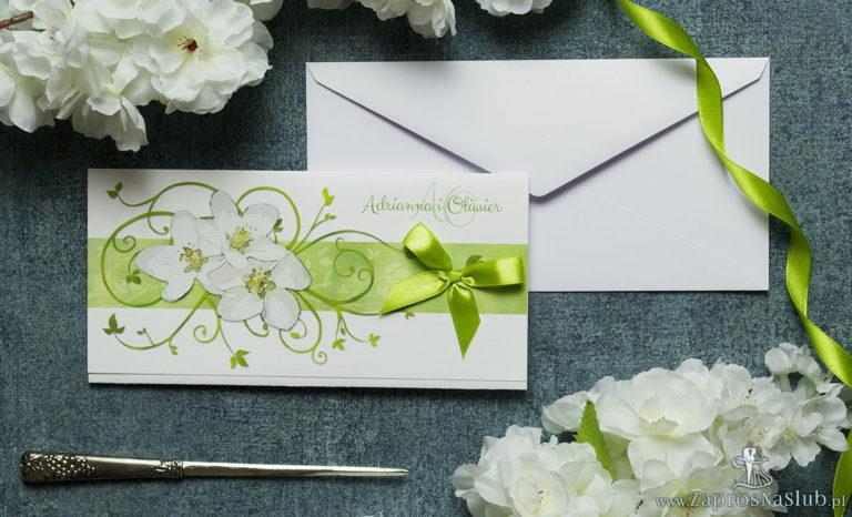 Składane na trzy części kwiatowe zaproszenia ślubne w formacie DL. Kwiaty jabłoni, oliwkowa kokardka i interesujący motyw ozdobny. ZAP-95-01 - ZaprosNaSlub