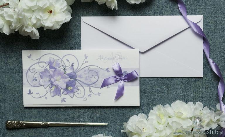 Składane na trzy części kwiatowe zaproszenia ślubne w formacie DL. Fioletowe kwiaty dzwonków, jasnofioletowa kokardka i interesujący motyw ozdobny. ZAP-95-02 - ZaprosNaSlub
