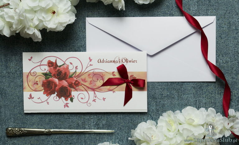 Składane na trzy części kwiatowe zaproszenia ślubne w formacie DL. Kwiaty – czerwone róże, bordowa kokardka i interesujący motyw ozdobny. ZAP-95-06 - ZaprosNaSlub