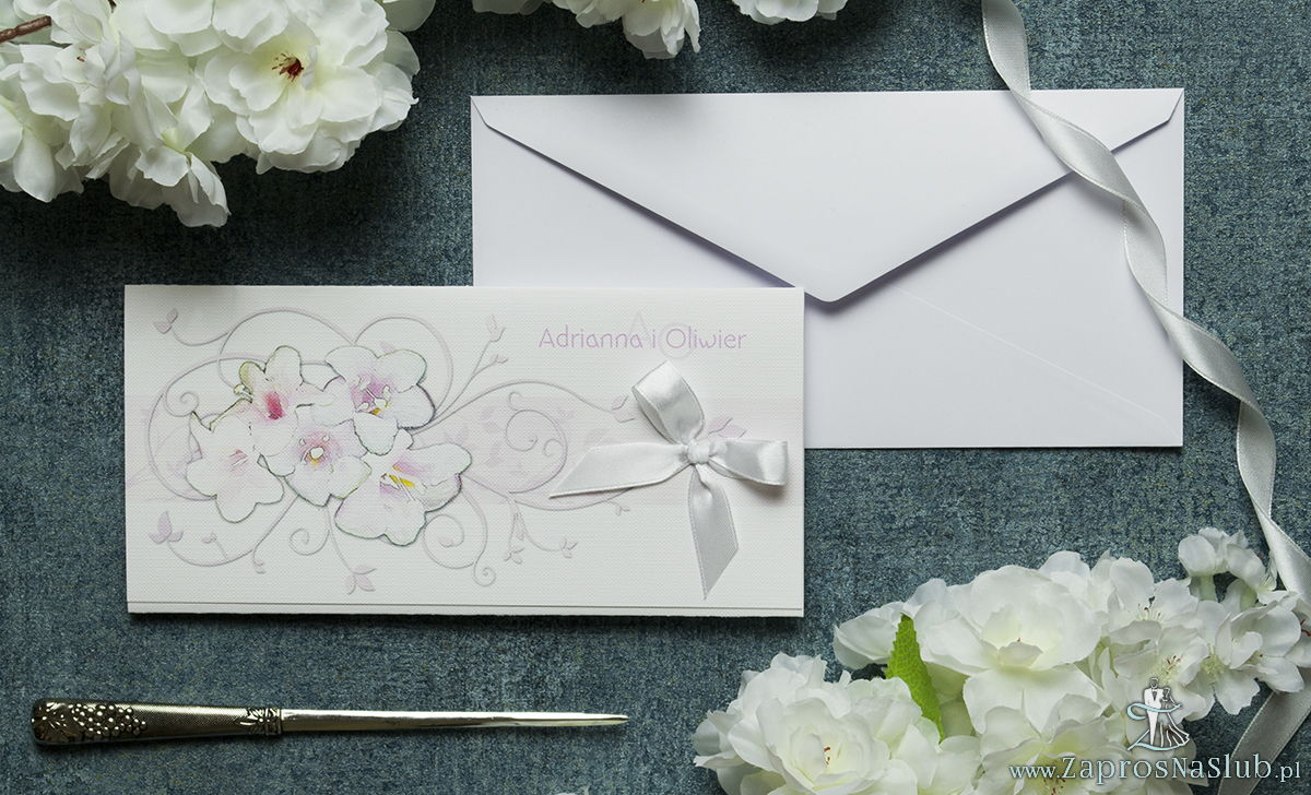 Składane na trzy części kwiatowe zaproszenia ślubne w formacie DL. Różowo-białe kwiaty, biała kokardka i interesujący motyw ozdobny. ZAP-95-07
