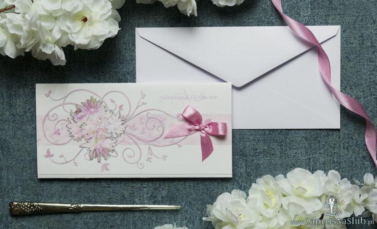 Składane na trzy części kwiatowe zaproszenia ślubne w formacie DL. Różowe kwiaty, kokardka w kolorze brudny róż i interesujący motyw ozdobny. ZAP-95-09 - ZaprosNaSlub