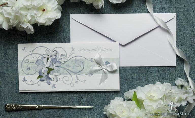 Składane na trzy części kwiatowe zaproszenia ślubne w formacie DL. Niebiesko-białe kwiaty, biała kokardka i interesujący motyw ozdobny. ZAP-95-10 - ZaprosNaSlub