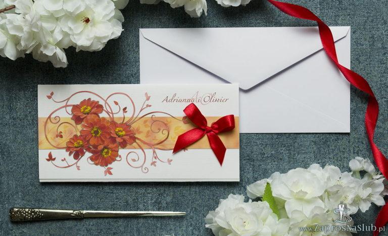 Składane na trzy części kwiatowe zaproszenia ślubne w formacie DL. Kwiaty – gerbera, czerwona kokardka i interesujący motyw ozdobny. ZAP-95-14 - ZaprosNaSlub