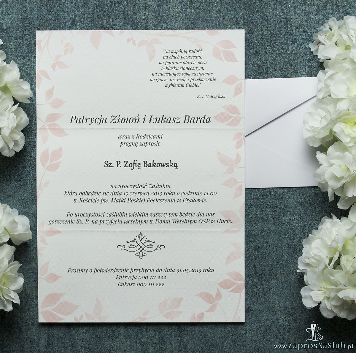 Składane na trzy części kwiatowe zaproszenia ślubne w formacie DL. Kwiaty - gerbera, czerwona kokardka i interesujący motyw ozdobny. ZAP-95-14