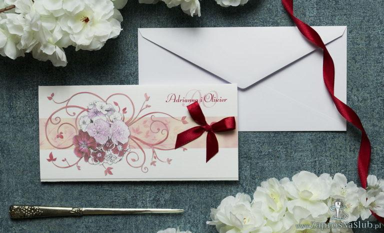 Składane na trzy części kwiatowe zaproszenia ślubne w formacie DL. Kwiaty – goździki w odcieniach różu, czerwieni i bieli, ciemnoczerwona kokardka i interesujący motyw ozdobny. ZAP-95-16 - ZaprosNaSlub