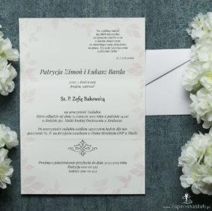 Składane na trzy części kwiatowe zaproszenia ślubne w formacie DL. Kwiaty - goździki w odcieniach różu, czerwieni i bieli, ciemnoczerwona kokardka i interesujący motyw ozdobny. ZAP-95-16
