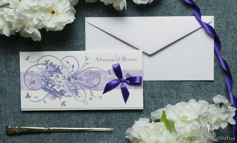 Składane na trzy części kwiatowe zaproszenia ślubne w formacie DL. Fioletowe kwiaty polne, ciemnofioletowa kokardka i interesujący motyw ozdobny. ZAP-95-17 - ZaprosNaSlub