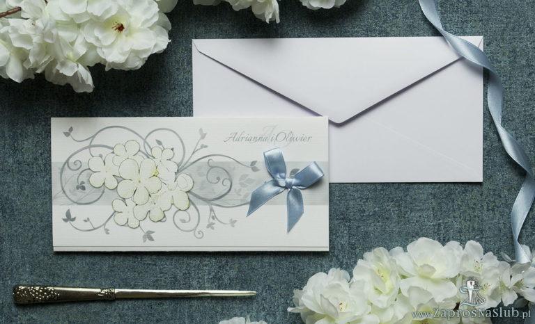 Składane na trzy części kwiatowe zaproszenia ślubne w formacie DL. Białe kwiaty kaliny, błękitna kokardka i interesujący motyw ozdobny. ZAP-95-18 - ZaprosNaSlub