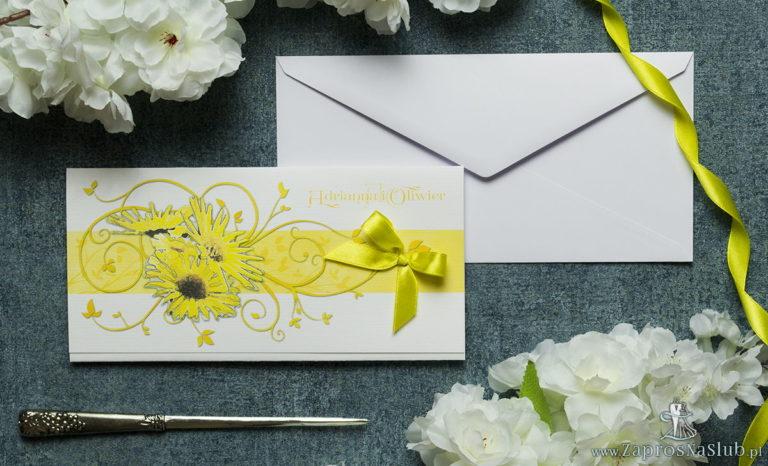 Składane na trzy części kwiatowe zaproszenia ślubne w formacie DL. Kwiaty – słoneczniki, żółta kokardka i interesujący motyw ozdobny. ZAP-95-19 - ZaprosNaSlub