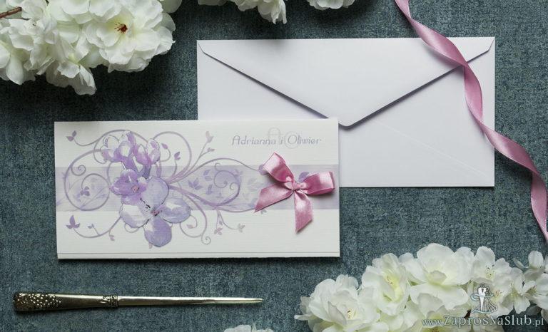 Składane na trzy części kwiatowe zaproszenia ślubne w formacie DL. Kwiaty bzu, różowa kokardka i interesujący motyw ozdobny. ZAP-95-21 - ZaprosNaSlub