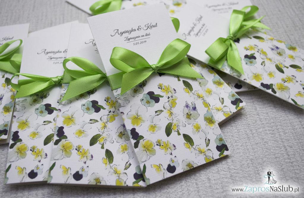 Zjawiskowe zaproszenia ślubne z bratkami, przewiązane wstążką satynowaną w kolorze zielonym. ZAP-92-20 (3)