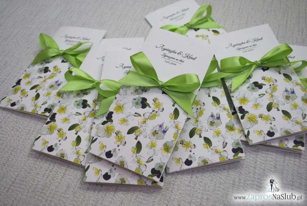 Zjawiskowe zaproszenia ślubne z bratkami, przewiązane wstążką satynowaną w kolorze zielonym. ZAP-92-20 (5)