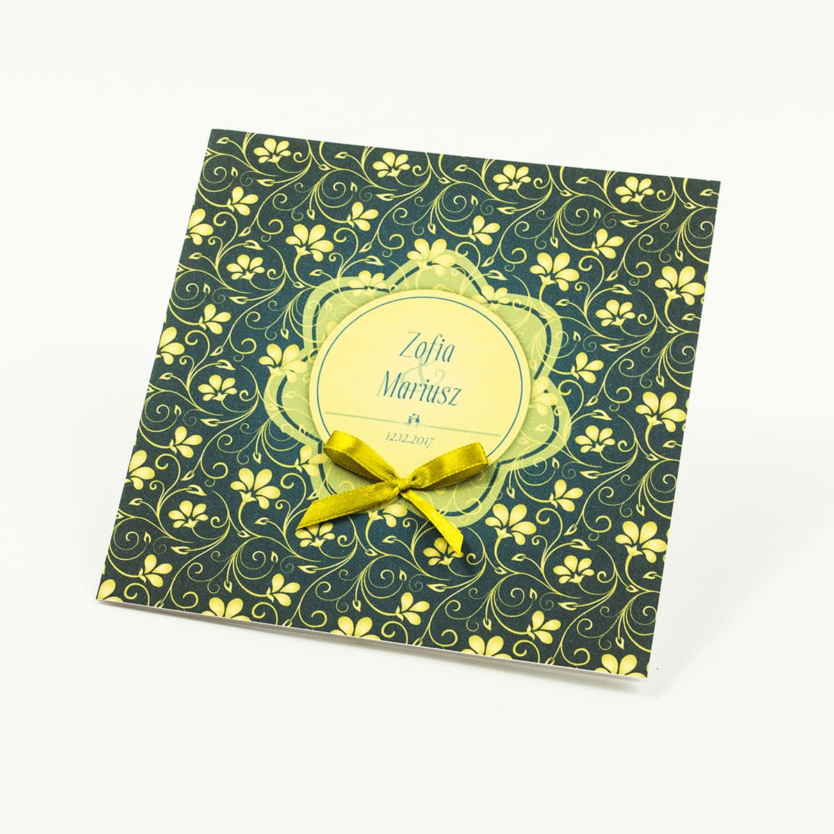 Zaproszenia designerskie - żółto-zielony motyw roślinny z żółtym motywem kwiatowym oraz satynową kokardką. ZAP-11-01