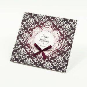 Zaproszenia designerskie - karminowy florystyczny damask z jasnym motywem kwiatowym oraz satynową kokardką. ZAP-11-04