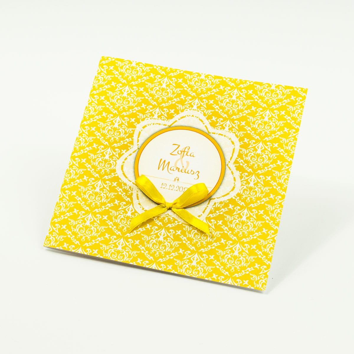 Zaproszenia designerskie - żółto-biała dekoracja z trójkolorowym motywem kwiatowym oraz satynową kokardką. ZAP-11-15