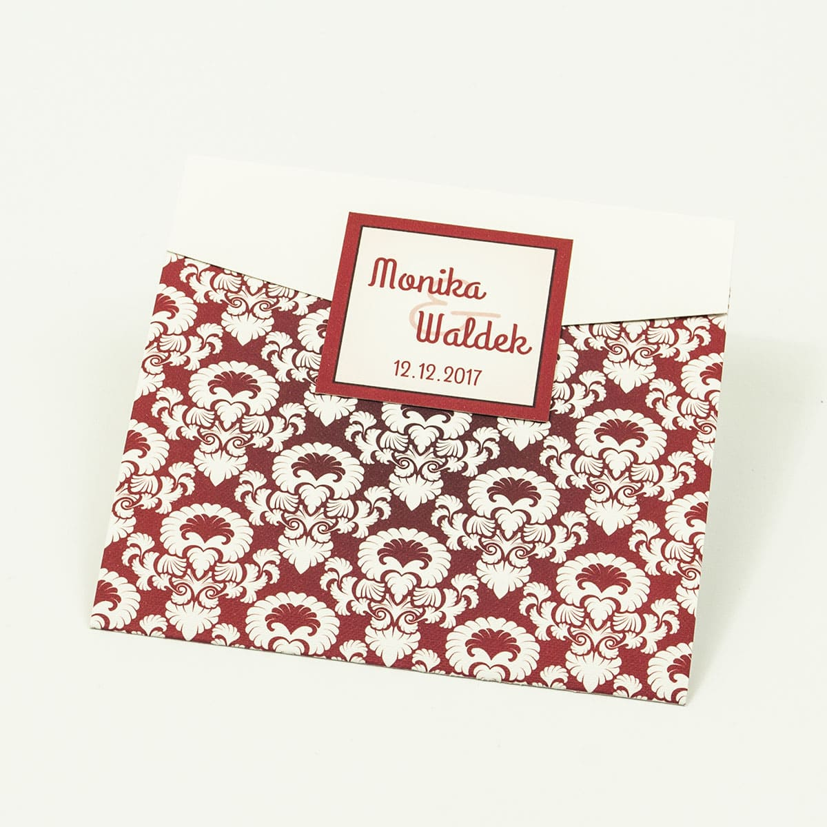 Zaproszenia z czerwono-białym ozdobnym ornamentem w kształcie koperty. ZAP-15-11