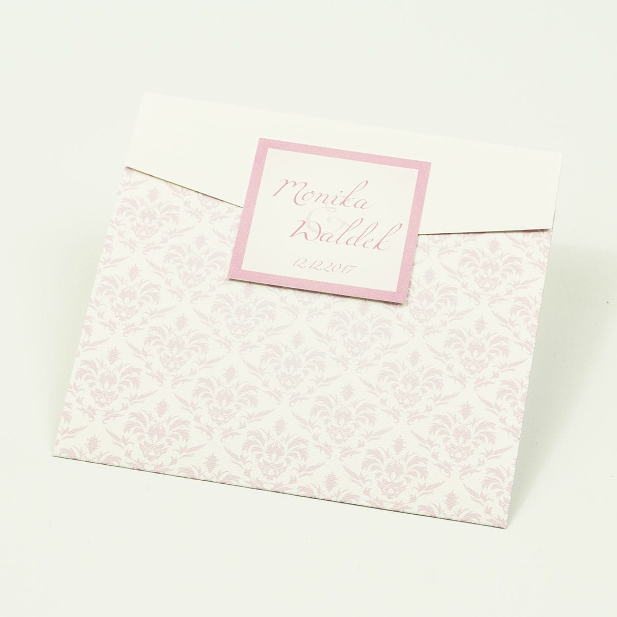 Zaproszenia z różowym barokowym damaskiem w kształcie koperty. ZAP-15-12