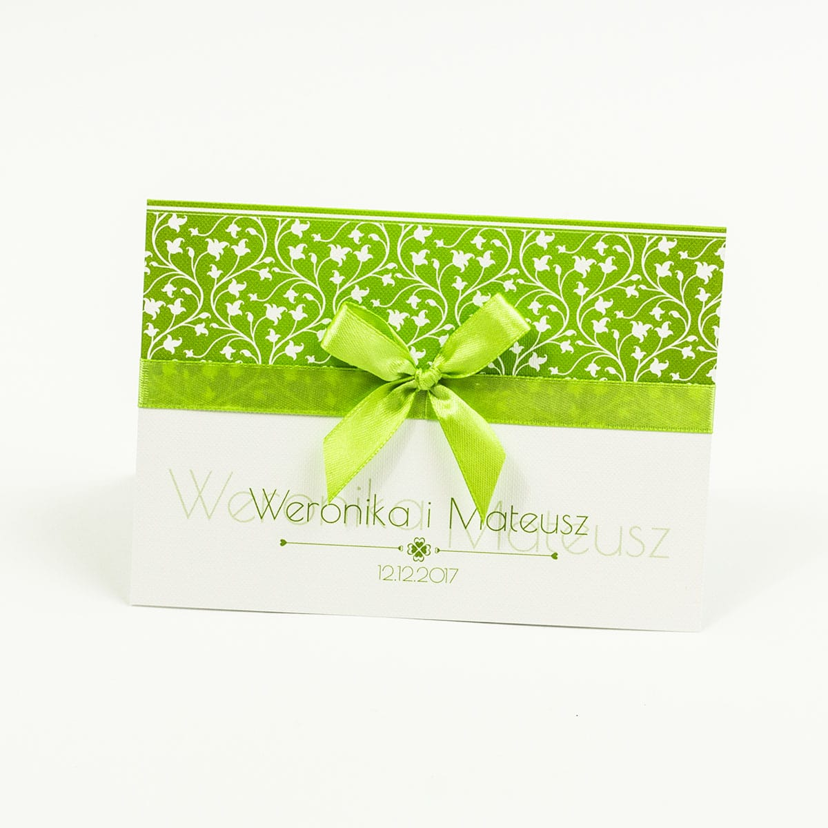 Zaproszenia z zielono-białym motywem roślinnym, satynową wstążką oraz kokardką. ZAP-17-05