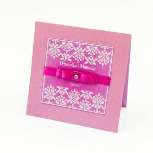 Bardzo eleganckie zaproszenia z różowo-białym motywem florystycznym, perłowym papierem, wklejanym wnętrzem, satynową wstążką oraz cyrkonią. ZAP-25-82