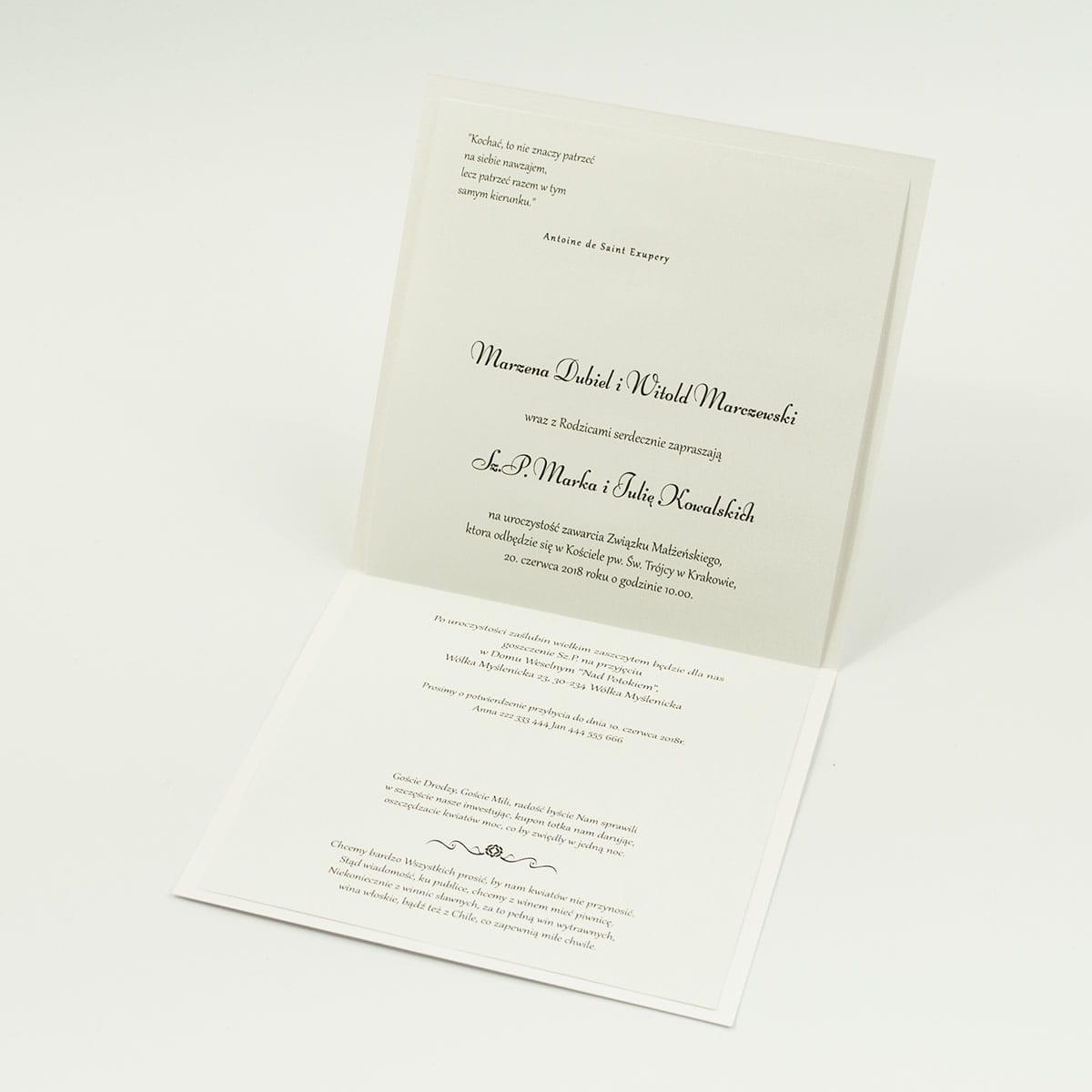 Bardzo eleganckie zaproszenia z karminowym florystycznym damaskiem, papierem srebrnym w paski, wklejanym wnętrzem, satynową wstążką oraz cyrkonią. ZAP-25-92
