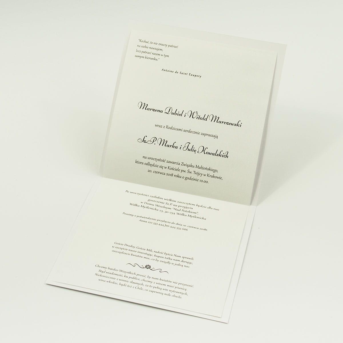 Bardzo eleganckie zaproszenia z czarno-białymi paskami, różowymi elementami, papierem ryps, wklejanym wnętrzem, satynową wstążką oraz cyrkonią. ZAP-25-68
