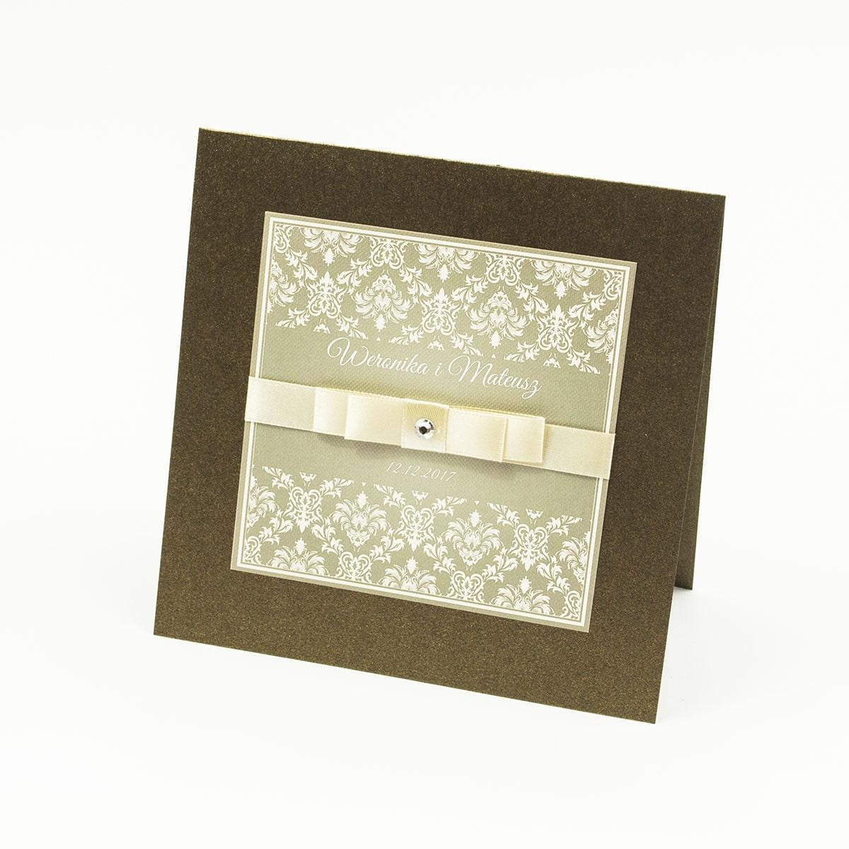 Bardzo eleganckie zaproszenia z brązowo-kremowym ornamentem barokowym, perłowym papierem, wklejanym wnętrzem, satynową wstążką oraz cyrkonią. ZAP-25-81
