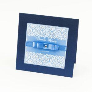 Bardzo eleganckie zaproszenia z błękitno-białym ornamentem florystycznym, perłowym papierem, wklejanym wnętrzem, satynową wstążką oraz cyrkonią. ZAP-25-86