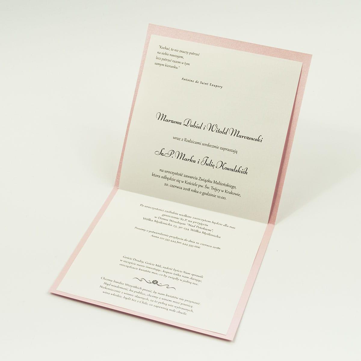 Bardzo eleganckie zaproszenia z różowym barokowym damaskiem, perłowym papierem, wklejanym wnętrzem, satynową wstążką oraz cyrkonią. ZAP-25-93