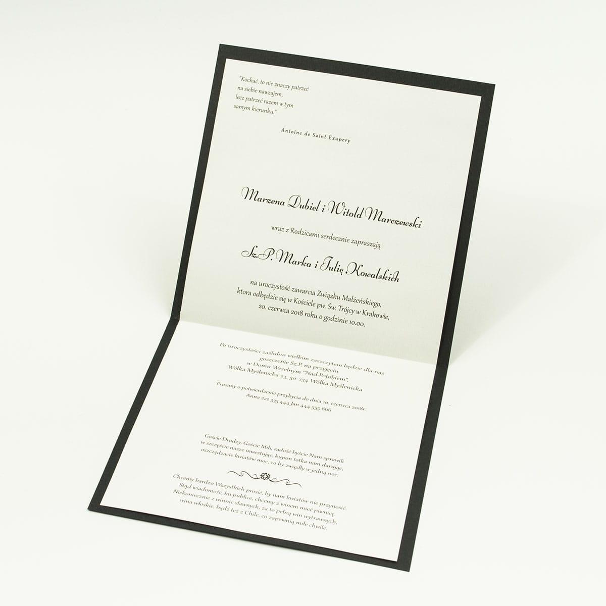 Bardzo eleganckie zaproszenia z czarno-białym eleganckim damaskiem z błękitna poświatą, perłowym papierem, wklejanym wnętrzem, satynową wstążką oraz cyrkonią. ZAP-25-88